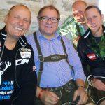 die Obergailtaler Abordnung Radlwolf, Klaus Mamedof, Kurt Strobl mit Olympiasieger Martin Koch