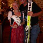 Radlwolf und die freundlichste Bedienung im Weingut Taggenbrunn mit seinem ersteigerten Helm und Schi