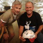 Radlwolf mit Carrera Repräsentant Günter Garnweidner und seinem ersteigerten Helm