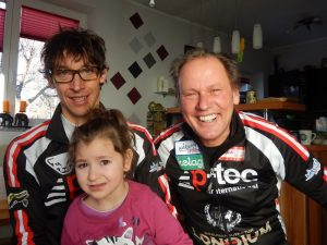 nach dem Motto Behinderte helfen Behinderten freuen sich Michi und Radlwolf mit der kleinen Lena
