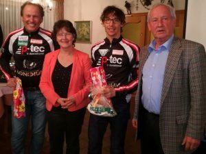 Die Paralympioniken Radlwolf und Michael Kurz mit der VIFOG Obfrau Dr. Monika Sacher und Obmann Stellvertreter Werner Unterlaß