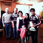 Radlwolf und Michi Kurz freuen sich mit Obfrau Dr. Monika Sacher und einigen Flüchtlingen über den gelungenen Filmabend
