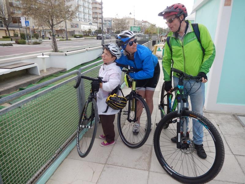 Silvia schaut sich Radlwolf`s neues Rad an, Dani schaut sich Karl an, und Karl der nicht allzuviel sieht fährt alle in Grund und Boden wenn er darf