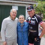 Radlwolf freut sich mit Maria Rosa und Mario über den schönen Besuch im Olivenhain