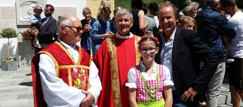 v.l. Pfarrer Josef Mair, Firmspender Bischofsvikar Prälat Hermann Steidl, Nele und Wolfgang