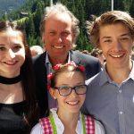 Radlwolf mit seinen Firmpatenkindern Lea, Nele und Nils