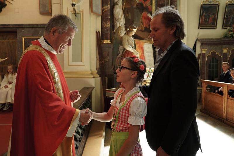 Nele empfängt das Sakrament der Firmung von Bischofsvikar Prälat Hermann Steidl 2017 in Ausservillgraten