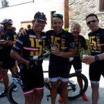 Radlwolf, Traiathlon Präsident Cristian Tammegger, Kurt Strobl und Paratriathlet Christian Troger bei einen Bierchen im Ziel