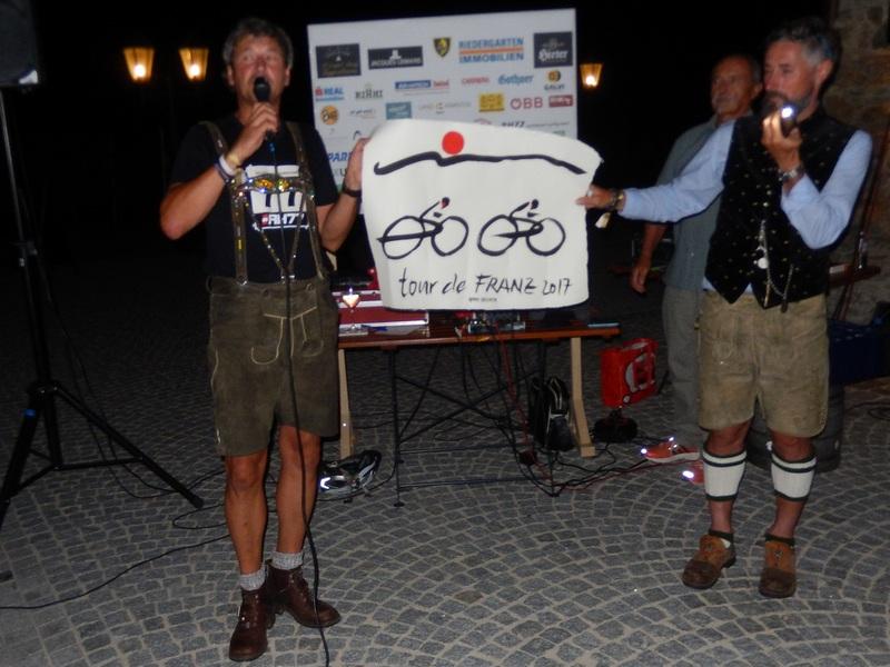 Moderator Hannes Lindsberger und Ronny Hohenberger bei der Versteigerung des Bildes von Hans Salcher