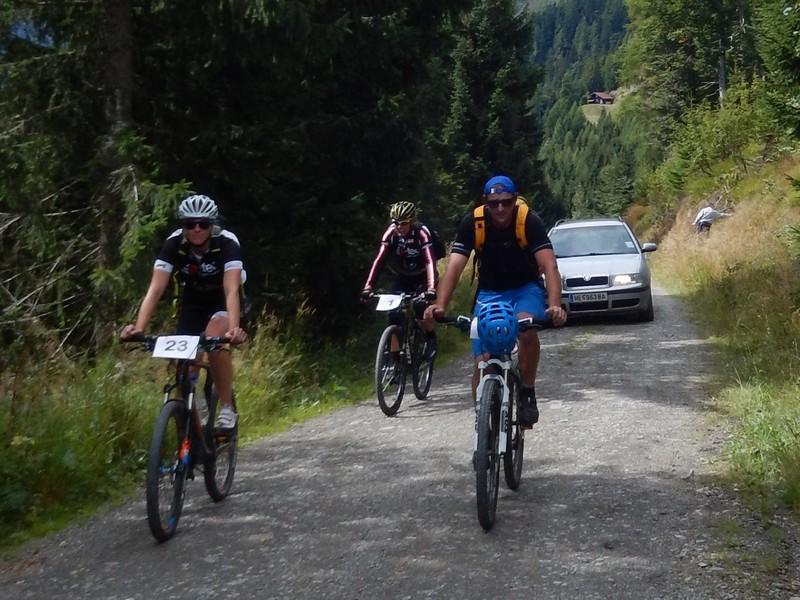 auch die Schlussfahrer Dani, Radlwolf und Christian erreichen erschöpft nach ca. 2 Stunden das Ziel
