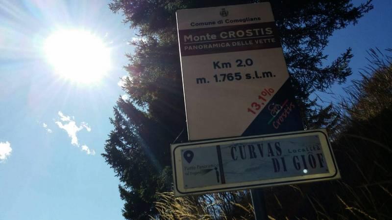 vorbei an den Girotafeln (Der Monte Crostis wurde beim Giro 2011 kurzfristig aus dem Programm gestrichen)