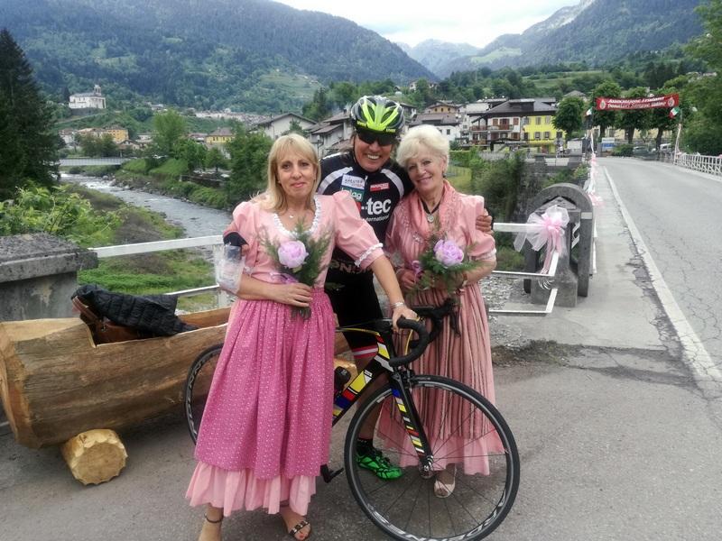 zwei nette Damen in Rosa