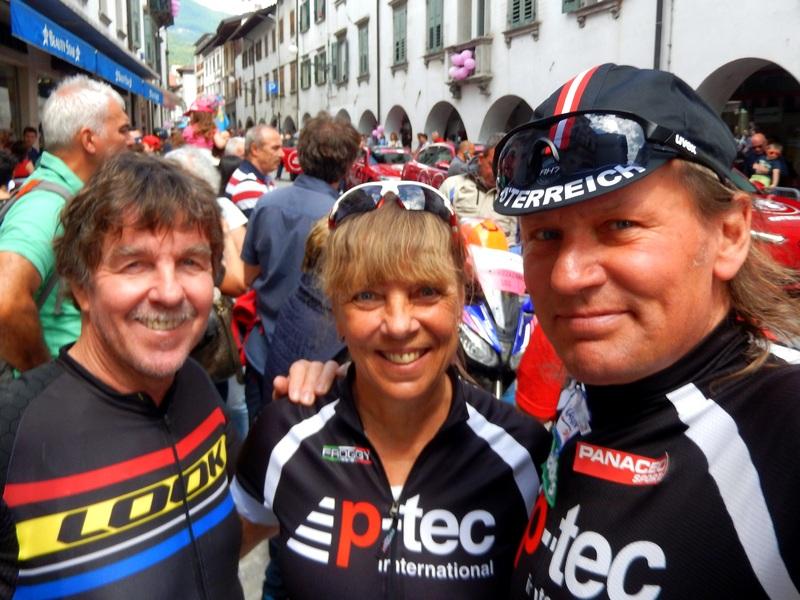 """Ossi mit Christine Jochum und Radlwolf beim Start zur 15. Etappe des """"Giro d`Italia in Tolmezzo"""