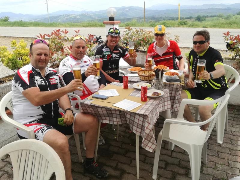 Harald, Erich, Radlwolf, Dani und Günther bei einer Pause in Barbotto