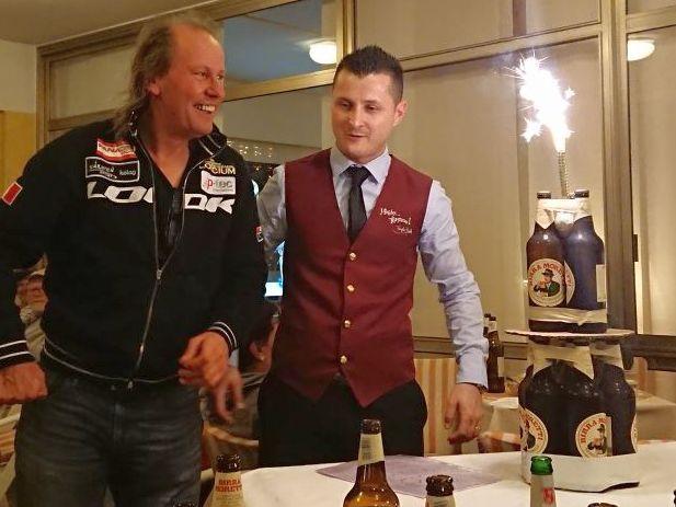 """Silvia, Andreas, Harald, Michael und Karl überraschten Radlwolf zu seinem bevorstehenden 60er mit einer """"Moretti Geburtstagstorte. Vielen herzlichen Dank!!!"""