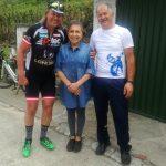 Radlwolf freut sich mit Maria Rosa und Mario über die ausgezeichnete Verkostung