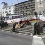"die Radler vor dem aufwendig renovierten ""Castello di Colloredo di Monte Albano"""