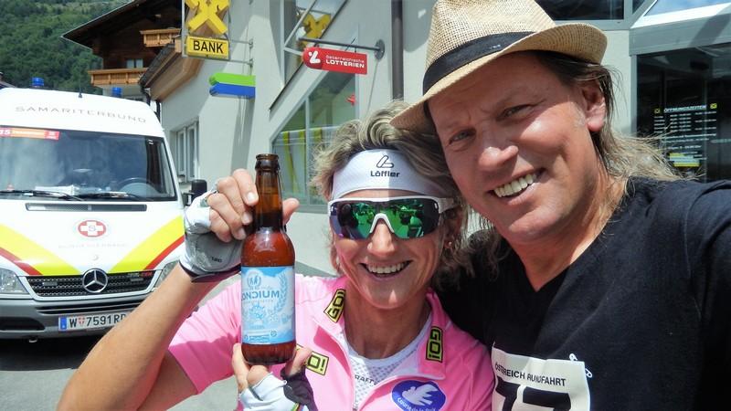 Petra genießt das neue Loncium Alkoholfrei nach der kräfteraubenden Auffahrt nach Prägraten