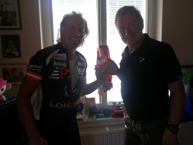 Olympiasieger Franz Klammer darf auch einmal eine Silberne in seinen Händen halten ;-)