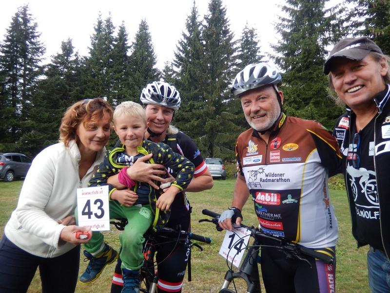 und schon sind auch die letzten im Ziel, v.l. Karin, David mit Mama Dani, Manfred aus Graz und Radlwolf
