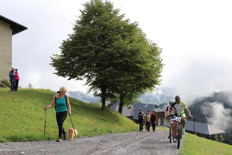 Sonja mit Begleiter Hector beobachtet die feschen, schnellsten nicht E-Biker Wolfgang Steiner und Lauflegende Markus Hohenwarter gefolgt von Motz mit Anhang