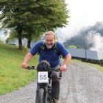 Sepp Lederer wuchtet sein E-Bike im Grenzbereich Rtg. Ziel