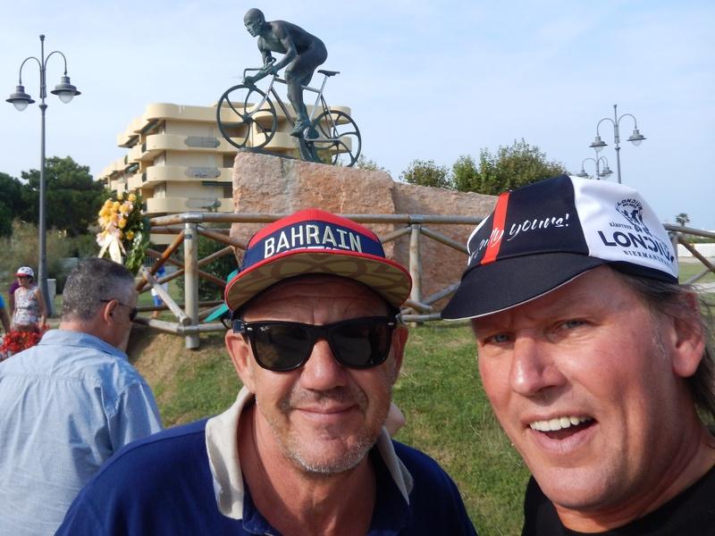 """""""Claudio"""" Chef des über die Grenzen Italiens bekannten """"Bagno Claudio"""" in Valverde bei Cesenatico und Radlwolf warten gespannt auf den Zieleinlauf"""