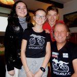 v.l. Filmemacherin Lea, Nele, Nils und Radlwolf (alle drei sind die Firmpatenkinder von Radlwolf)