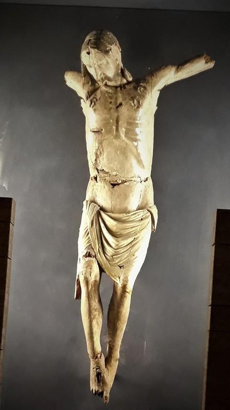 Besuch im Dom von Gemona, der zerstörte Christus erinnert an die Erdbeben 1976