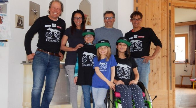 Spendenübergabe durch Radlwolf und Michi Kurz an Lorena Kubin