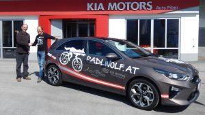 Ludwig Piber wünscht Radlwolf bei der Autoübergabe viel Freude und viele unfallfreie Kilometer mit seinem neuen Kia Ceed