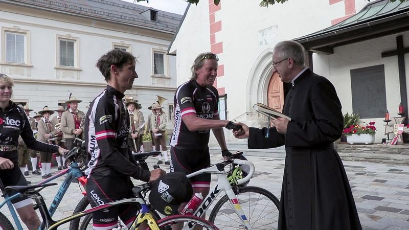 Verabschiedung durch Pfarrer Krzysztof Nowodczynski und der Trachtenkapelle Mauthen Foto: © Lea Kurz