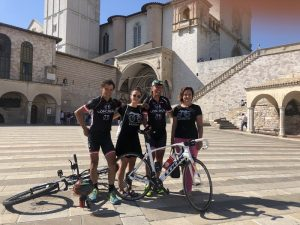 """Michi, Nici, Radlwolf und Karin vor der """"Basilica di San Francesco""""Assisi ist erreicht Foto: © Nicole Böhlen"""