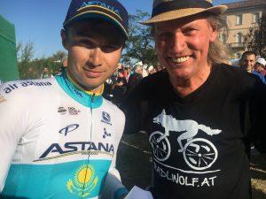 """Radlwolf gratuliert Alexey Lutsenko zum Sieg beim """"MEMORIAL Marco Pantani"""" zwei Tage vorher gewann Alexey Lutsenko auch die """"Coppa Sabatini"""" in der Toscana Foto: © Karin Franz"""