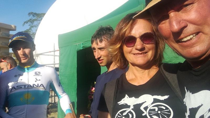 Karin und Radlwolf freuen sich mit Alexey Lutsenko über seinen 2. Sieg innerhalb von 2 Tagen Foto: © Radlwolf