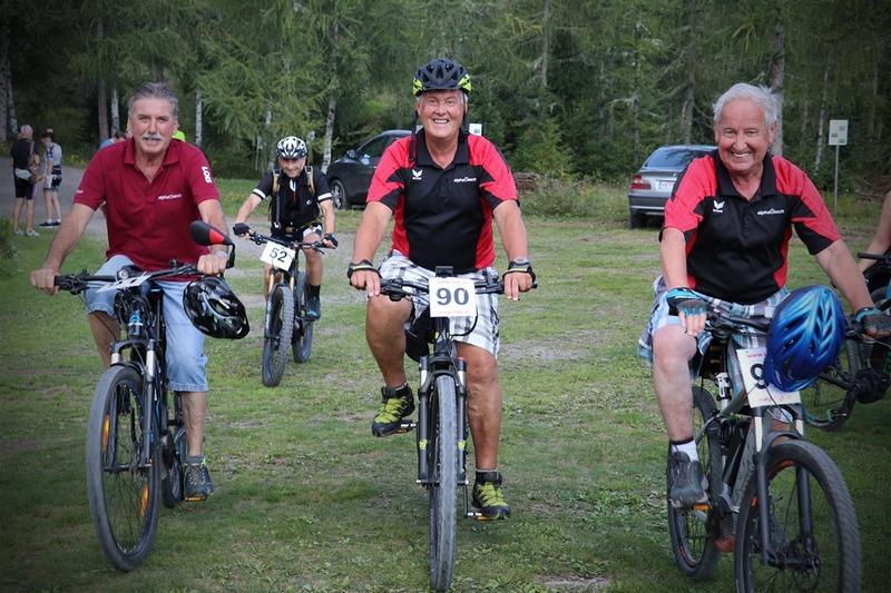 Lois, Herbert, Hans und Werner erreichen ganz entspannt das Ziel