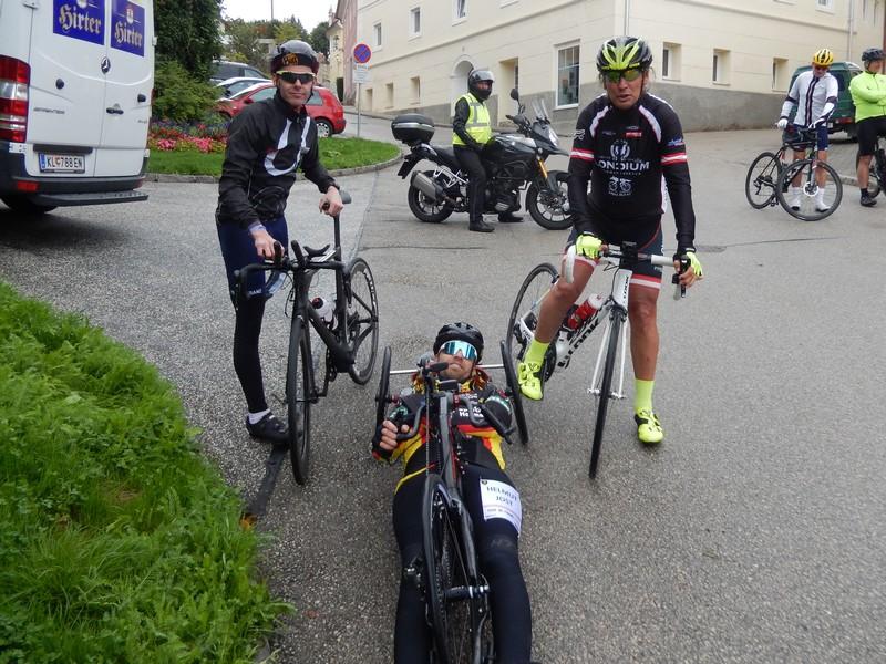 die Parasportler Christian Troger, Helmut Jost und Radlwolf bei der Labestation in Althofen