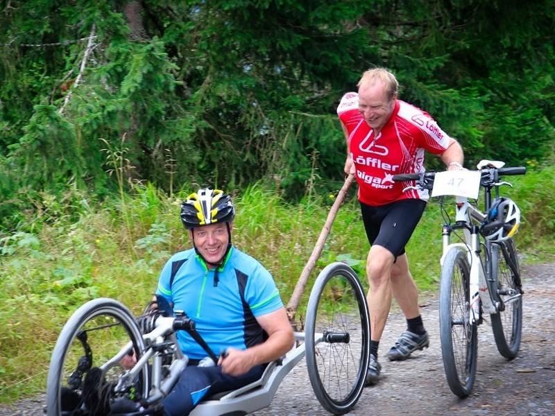 Stefan hat seinen Motor vergessen und war auf die Hilfe von Hans angewiesen