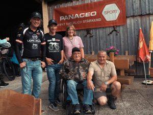 Radlwolf und Michi mit Martin und seinen Eltern die einen Teil der Spenden für einen Autoumbau bekommen