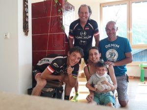 v.l. die beiden Parasportler Michi und Radlwolf, Mutter Leni mit Valentin und Vater Christof