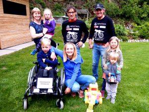 vorne v.l. Matthias mit Mama Julia Tegischer, Marie und Johnny, hinten v.l. Helga mit Emma, Michi Kurz und Radlwolf