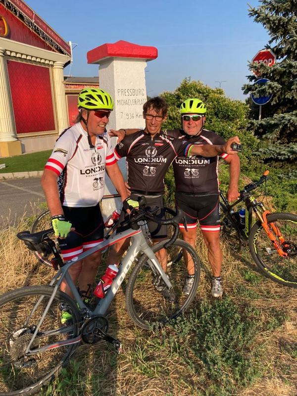 Radlwolf, Michi und Kurt an der Grenze in Bratislava, Foto: © Karin Franz