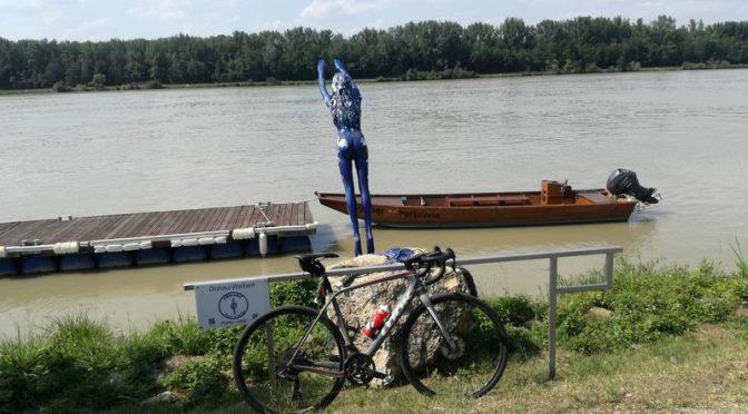 Die Paralympioniken Radlwolf und Michi Kurz mit Freunden am Donauradweg