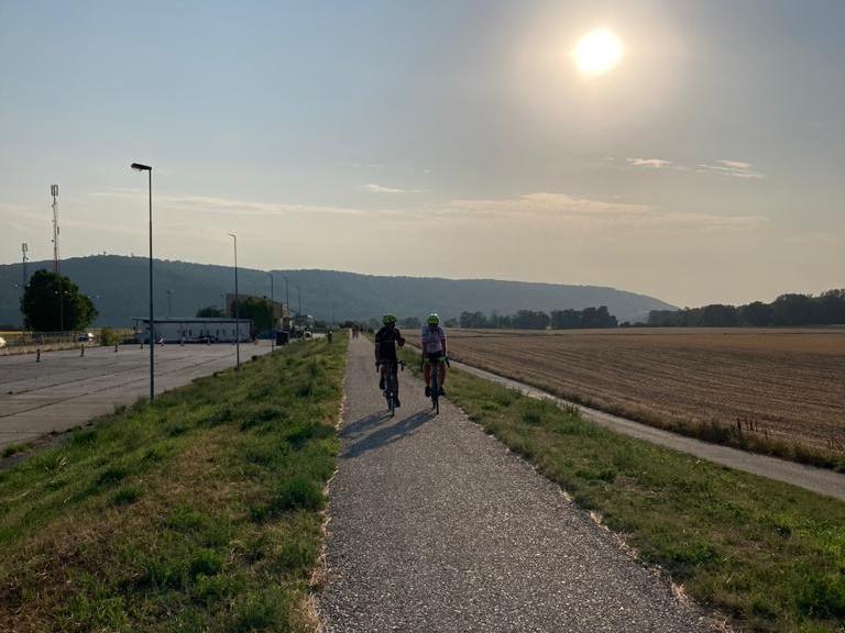 Michi und Radlwolf auf den letzten Metern des Donauradweges, Foto: © Karin Franz