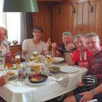 Erich, Radlwolf, Michi, Kurt, Günter und Franzi bei der Mittagspause in der Wachau,