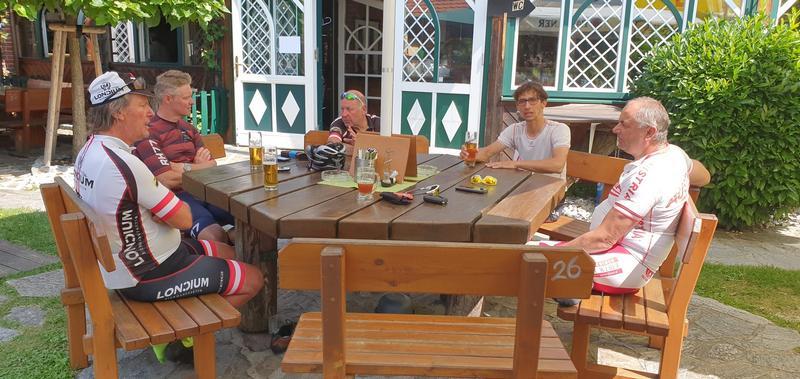Radlwolf, Franzi, Kurt, Michi und Erich bei einer Pause in der Wachau, Foto: © Günter Hahn