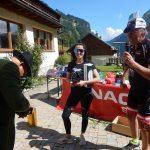 Nicole und Radlwolf überreichen Kötschachs Außenminister Lonz Motl seinen Versteigerungsgewinn, Foto: © Karin Franzto: © Karin Franz