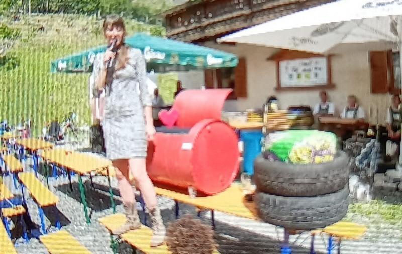 """Theresa in ihrem Element bei der """"Upcycling Wettbewerb"""" Versteigerung, Screenshot © Michi Kurz"""