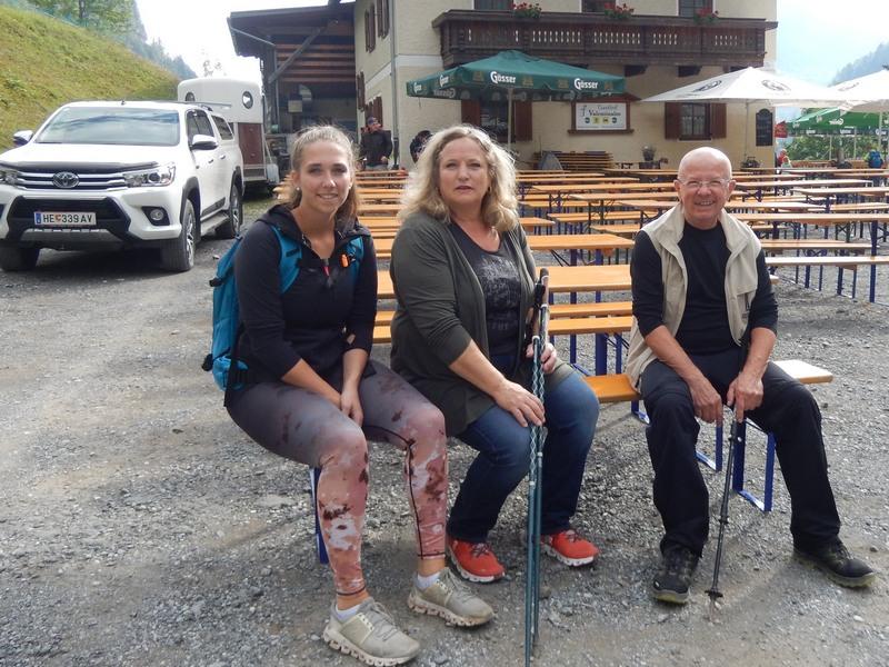 die ersten Wanderer Laura, Andrea und Hansi haben das Ziel erreicht, Foto: © Karin